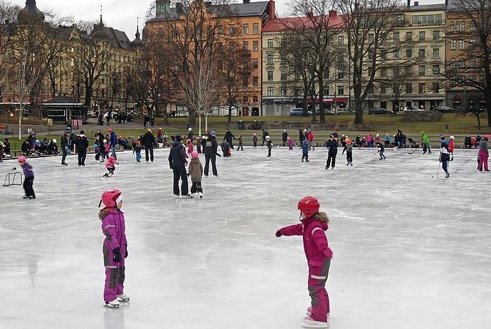 Going ice skating at Vasaparken is a great way to meet people in Stockholm