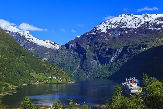 The Norway in a Nutshell tour visits some of the best sights in Norway, including the Geirangerfjord