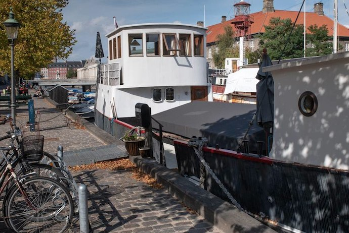 Within walking distance of Copenhagen's central sites, this houseboat has 2 apartments